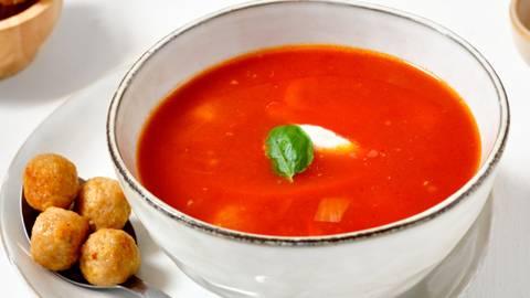 Tomaten-paprikasoep met kippengehaktballetjes