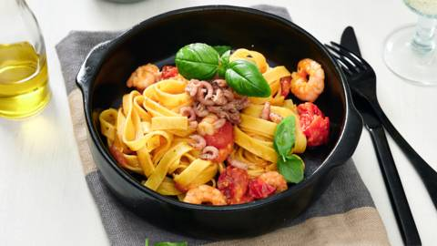 Verse tagliatelle met garnalen en wijn-tomatensaus