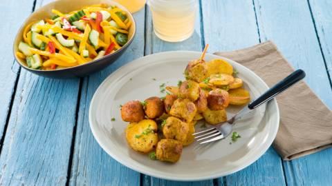 Minigehaktbalbrochettes met aardappelschijfjes en zomerse salade