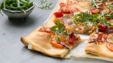 Pizza met verse tomaten