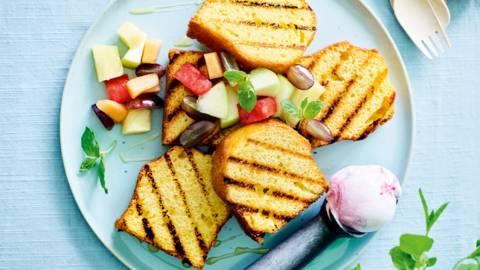 Gegrilde cake met warm fruit en ijs