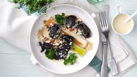 Zwarte zalmtortelloni met gebakken prei en witte wijnsaus