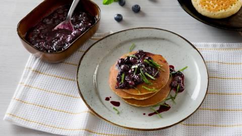 Pancakes met blauwe bessensaus