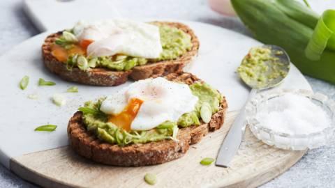 Toast met gepocheerd ei en avocadomousse