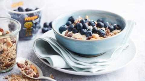 Yoghurt met blauwe bessen en granola