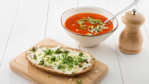Tomatengroentesoep met feta en chilisaus
