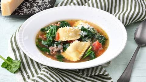 Mezzelune-soep met spinazie en gehakt
