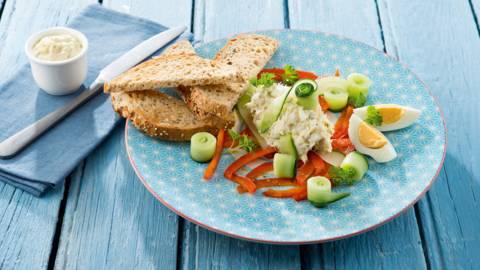 Kabeljauwsalade met gemarineerde komkommer