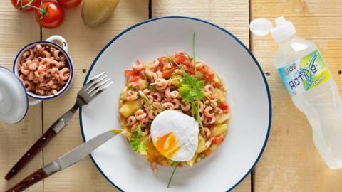 Lauwe salade van aardappel, tomaat en grijze garnalen