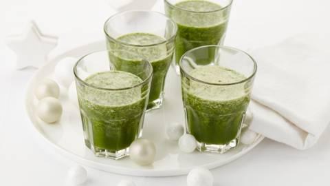 Groentesmoothie met spinazie, appelsap en verse kruiden