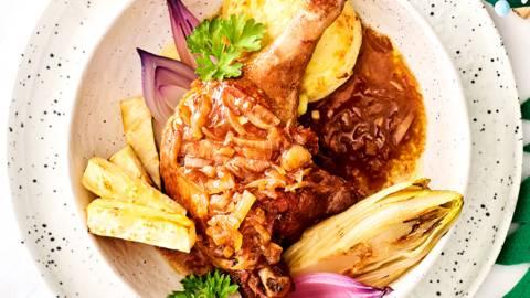 Canard au vin met gepofte rode ui en pastinaakfrietjes