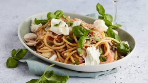 Pasta met zeevruchten, tomaten en mozzarella