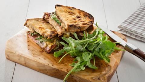 Croque van roggebrood met salami en abdijkaas