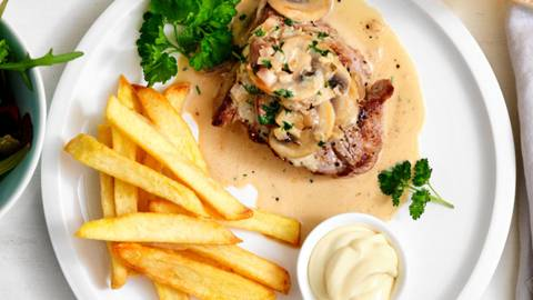 Steak friet met champignonroomsaus