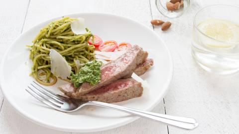 Gepelde steak alla Milanese met pesto