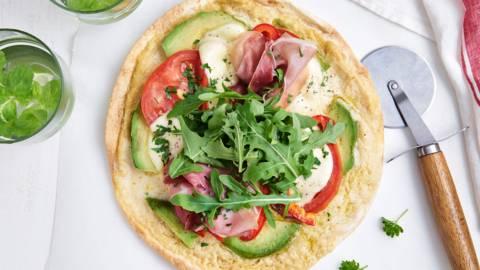 Tortizza met avocado en rauwe ham