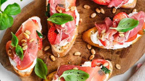 Bruschetta met aardbeien, ricotta en ham