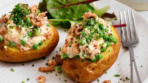 Gepofte aardappel met ei, garnalen en zalm