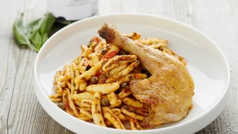Parelhoen met pasta alla puttanesca