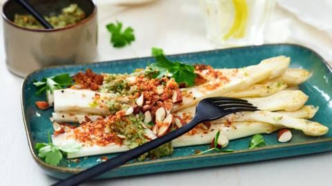 Gegrilde asperges met amandelpesto en crumble