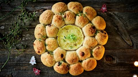 Feestelijke broodkrans met camembert uit de oven