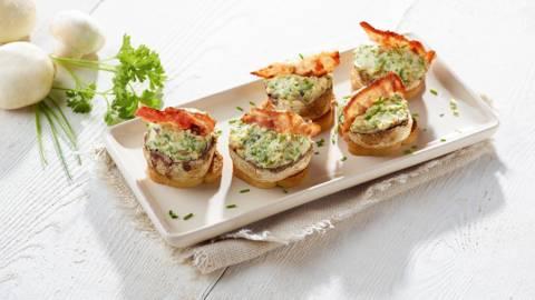 Gevulde champignons met kaas en spek op een toastje