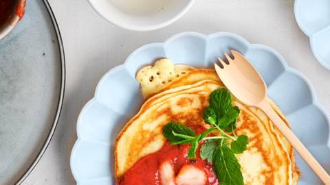Fluffy yoghurtpannenkoekjes met verse aardbeiensaus