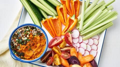 Geroosterde worteldip met snackgroentjes