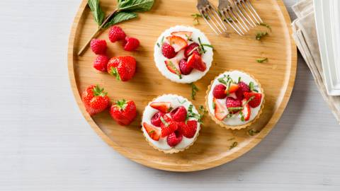 Frambozen-aardbeientaartjes met yoghurt-mascarponevulling