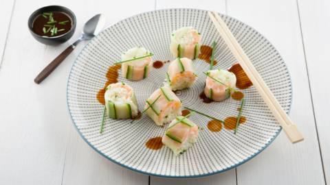 Sushi van komkommer, gerookte zalm en basmatirijst