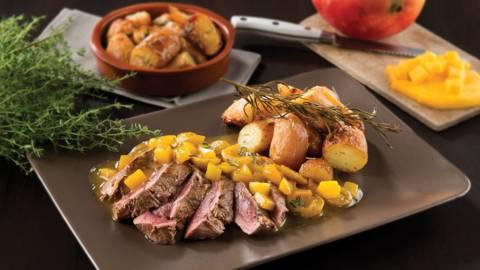 Hindesteak met mango- en mirabellencompote en Nicola-aardappelen