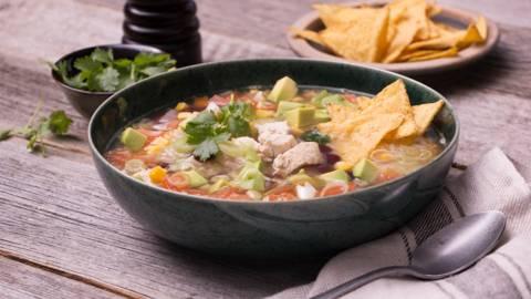 Mexicaanse maaltijdsoep met tortillachips