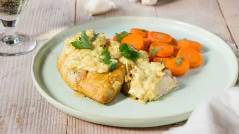 Gelakte parelhoen met wortelen en kruidensaus