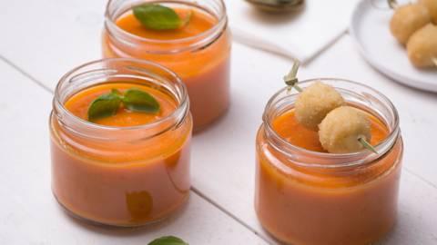 Pittige wortelsoep met krokante kaasballetjes