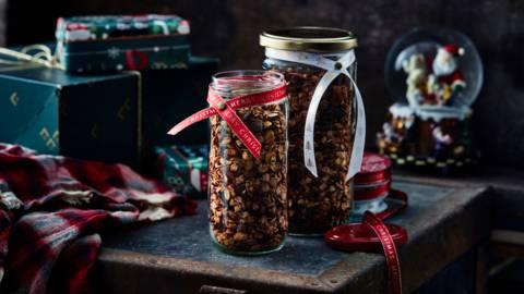 Kerstgranola met veenbessen en chocolade