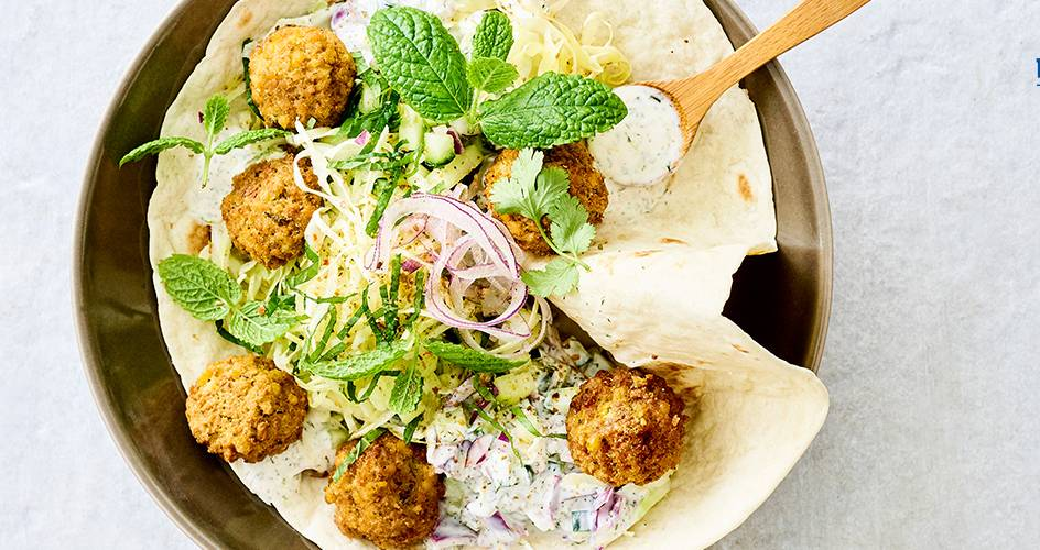 Falafel met yoghurtdip en salade van komkommer en spitskool