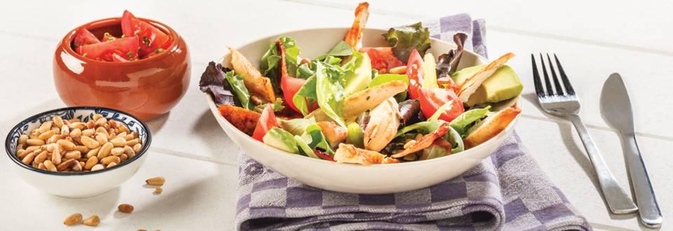 Zomerse salade van kip met spek en avocado