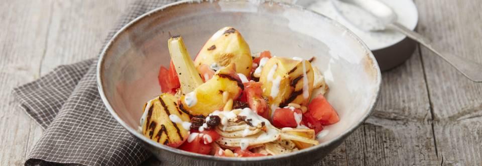 Zomerse salade met gegrilde perziken, venkel en bieslookyoghurt