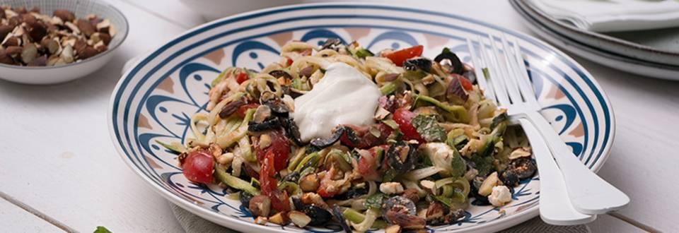 Courgetti met hummus-/yoghurtdressing, olijven, feta en kerstomaatjes