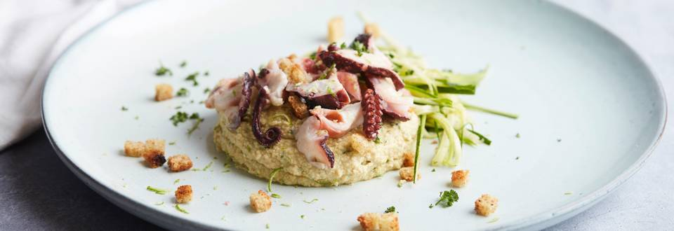 Salade van octopus met hummus en courgette
