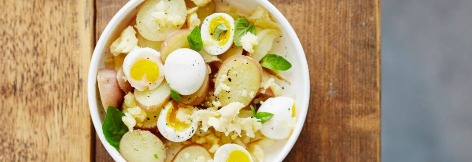 Aardappelslaatje met kwarteleitjes en cheddar