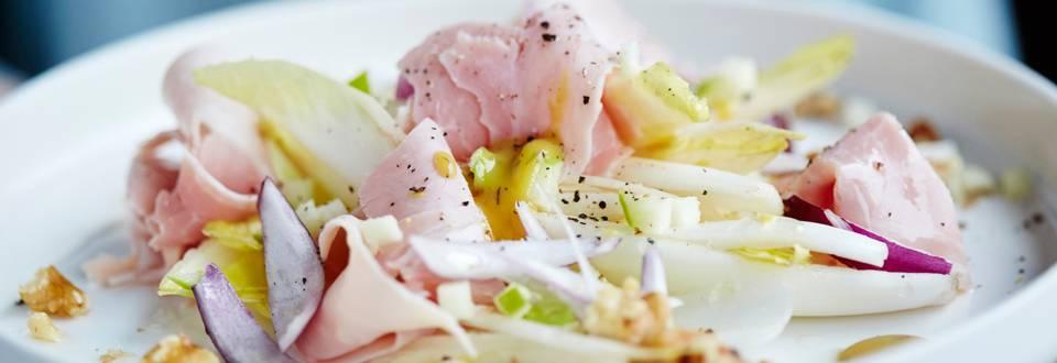 Salade van prosciutto cotto met witloof, appel en noten