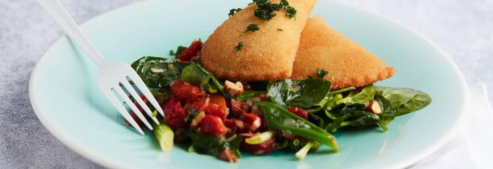 Sint-jakobskroketten en spinazieslaatje met gegrilde paprika en amandelen