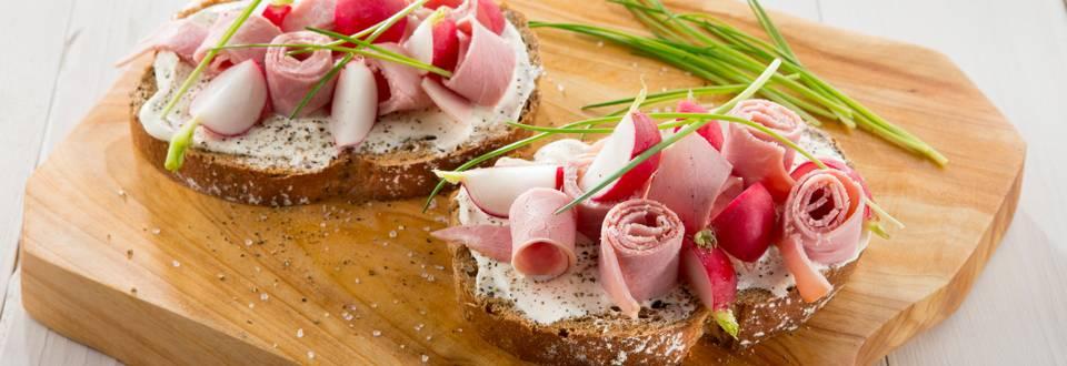 Meergranenboterham met radijs, ham en platte kaas
