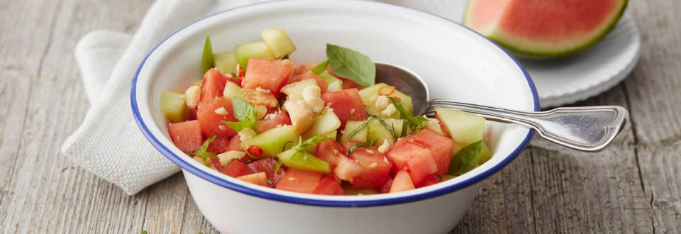 Meloensalade met tomaat en chilipeper