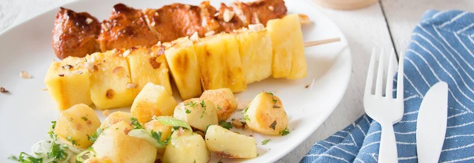 Zoete varkensbrochettes met ananasspiesjes