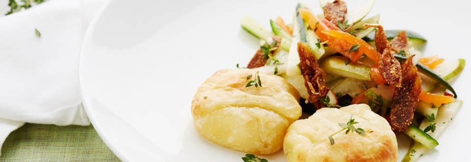Salade met geitenkaas en broodje van gedroogde vruchten
