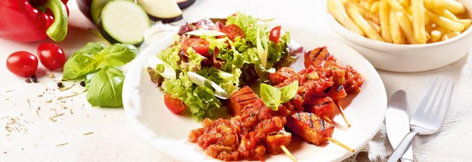 Cocktailbrochettes met Provençaalse saus, multicolorsla en frietjes