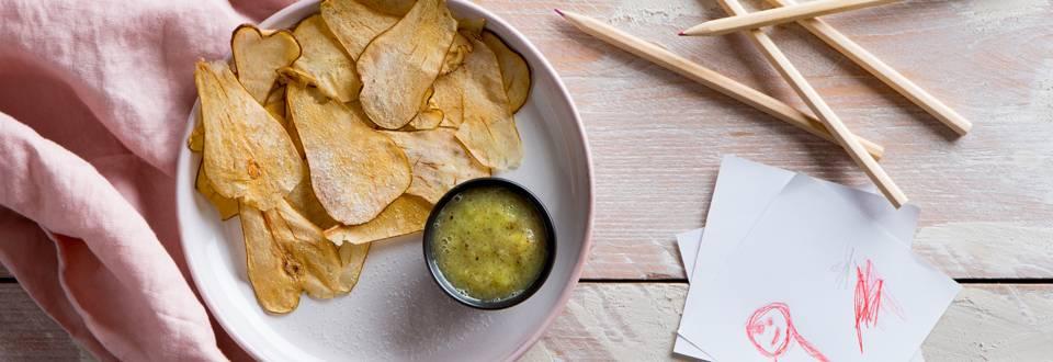 """Tortilla"" chips met kiwi salsa"