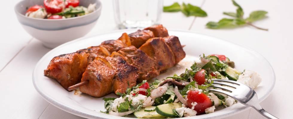 Varkensbrochettes met Santorini-salade